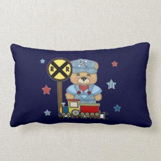 Es un tren del oso de peluche del muchacho almohada