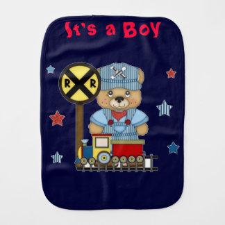 Es un tren del oso de peluche del muchacho paños de bebé