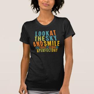 Es una camiseta colorida del día perfecto