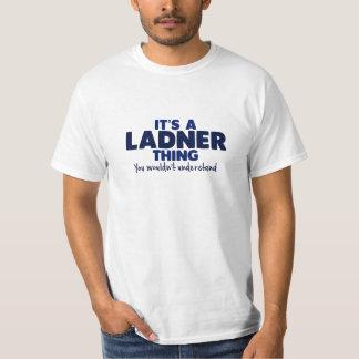 Es una camiseta del apellido de la cosa de Ladner Remera