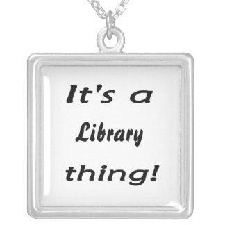 ¡Es una cosa de la biblioteca! Collar Plateado