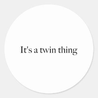 Es una cosa gemela pegatina redonda