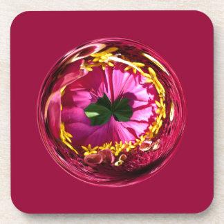 Es una flor roja y amarilla en el globo posavasos de bebidas