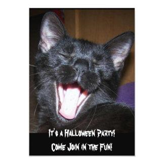 Es una invitación del gato del fiesta de Halloween