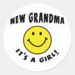 Es una nueva abuela de la nueva niña pegatinas redondas