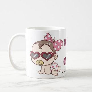 Es una taza de café del bebé del diseño del chica