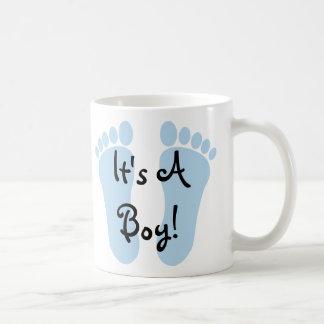 Es una taza de café del muchacho