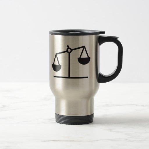 Escala del peso y de la balanza tazas de café