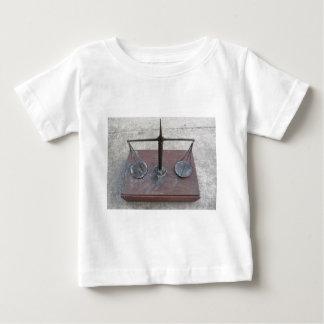 Escala hecha a mano de la balanza tshirt