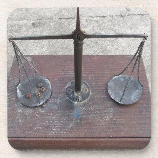 Escala hecha a mano de la balanza posavaso