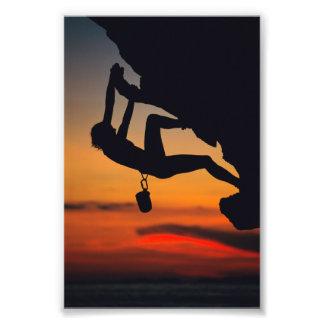 Escalador de roca colgante en la salida del sol arte fotografico