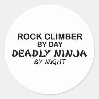 Escalador de roca Ninja mortal por noche Etiqueta Redonda