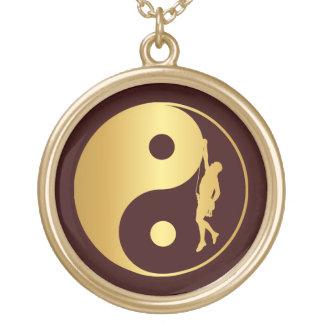 Escalador de Yin y de Yang (oro) Colgante Redondo
