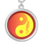 Escalador de Yin y de Yang (resplandor solar) Pendientes Personalizados