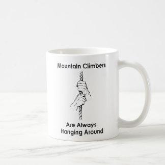 Escaladores de montaña que cuelgan alrededor taza de café