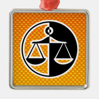 Escalas amarillo-naranja de la justicia adorno cuadrado plateado