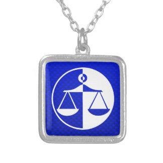 Escalas azules de la justicia joyeria personalizada
