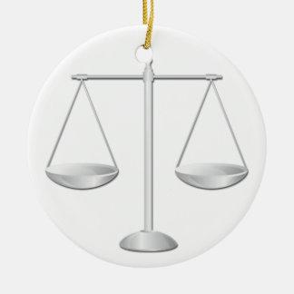 Escalas de la justicia adorno navideño redondo de cerámica