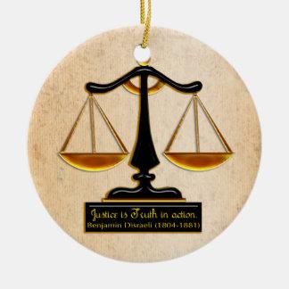 Escalas de la justicia en el pergamino adorno navideño redondo de cerámica