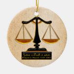 Escalas de la justicia en el pergamino (personaliz adornos de navidad