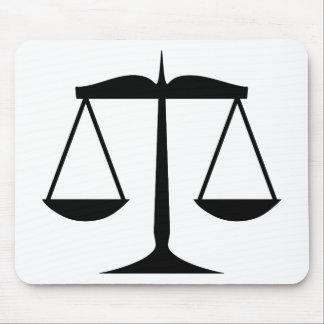 Escalas de la justicia (ley) alfombrillas de ratón