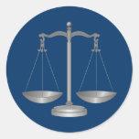 Escalas de la justicia pegatina redonda