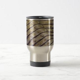 escalas de la parte posterior del cocodrilo del al tazas de café