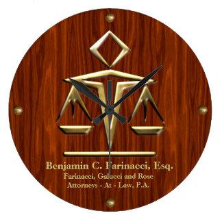 Escalas de oro de la justicia en la cereza person relojes de pared