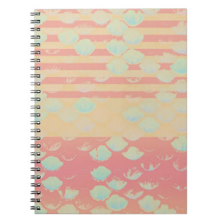 Escalas de pescados de color salmón retras rayadas spiral notebook