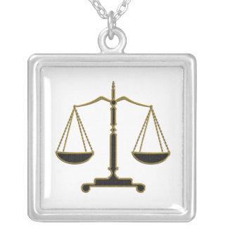 Escalas del collar del abogado de la justicia el  