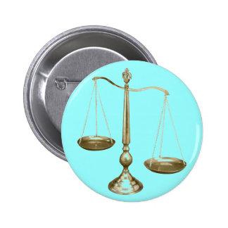 escalas del oro de la justicia pin redondo de 2 pulgadas
