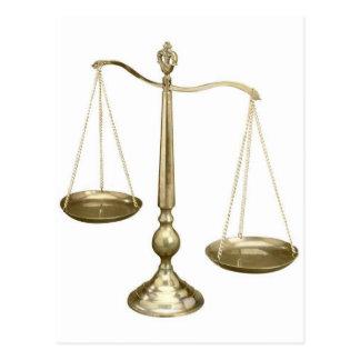 escalas del oro de la justicia tarjeta postal