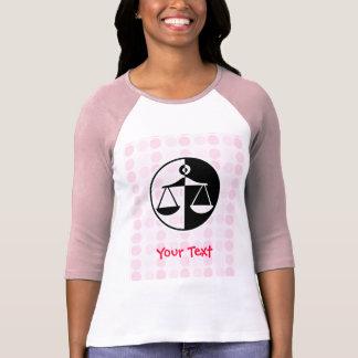 Escalas lindas de la justicia camiseta
