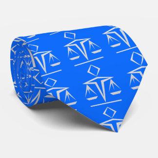Escalas nacaradas de la justicia en el azul de corbata personalizada