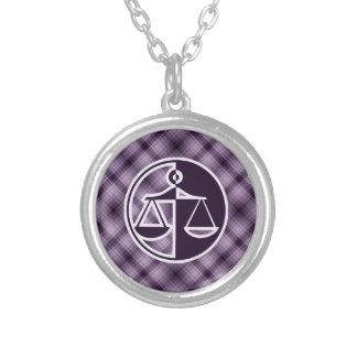 Escalas púrpuras de la justicia colgante redondo