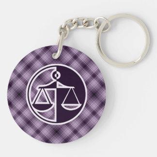 Escalas púrpuras de la justicia llavero redondo acrílico a doble cara