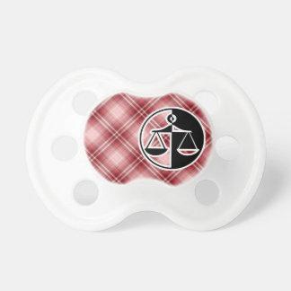 Escalas rojas de la justicia de la tela escocesa chupetes para bebés