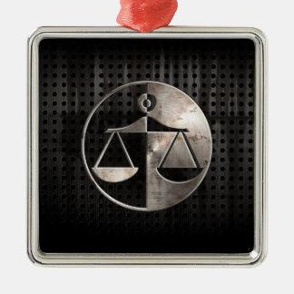 Escalas rugosas de la justicia adorno cuadrado plateado