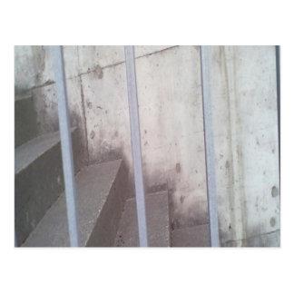 Escalera, cerca y pared tarjeta postal