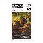 Escalera de piedra en franqueo del otoño