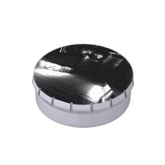 Escalera en la noche blanco y negro latas de caramelos