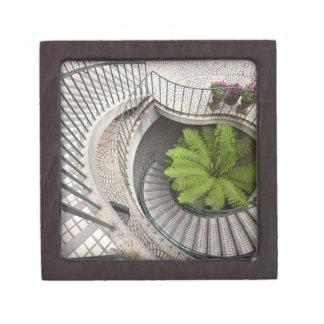 Escalera espiral en el centro de Embarcadero Caja De Joyas De Calidad