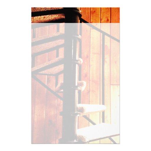 Escalera espiral rústica en la cabina papeleria