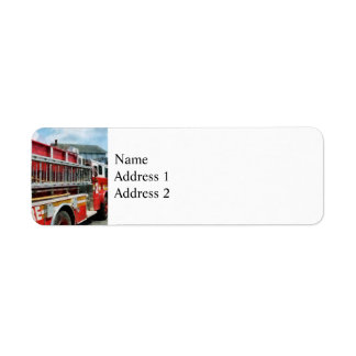 Escalera larga en el coche de bomberos etiquetas de remite