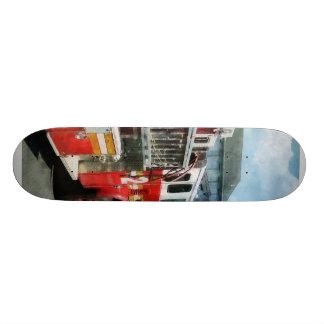 Escalera larga en el coche de bomberos skate boards