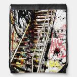 escalera urbana del metal con la pintada mochila