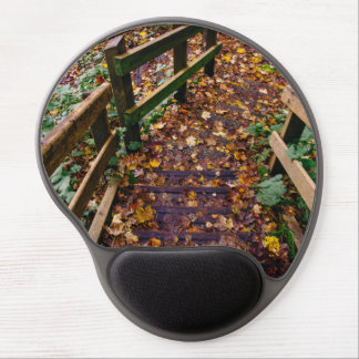Escaleras de madera en un paisaje del otoño alfombrilla de raton con gel