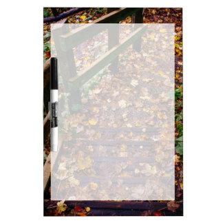 Escaleras de madera en un paisaje del otoño pizarras blancas de calidad