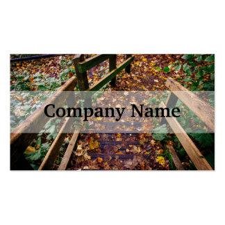 Escaleras de madera en un paisaje del otoño tarjeta de negocio