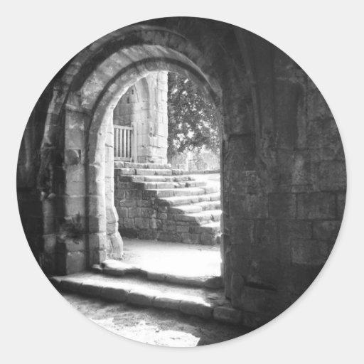 Escaleras de piedra en abadía de las fuentes pegatina redonda